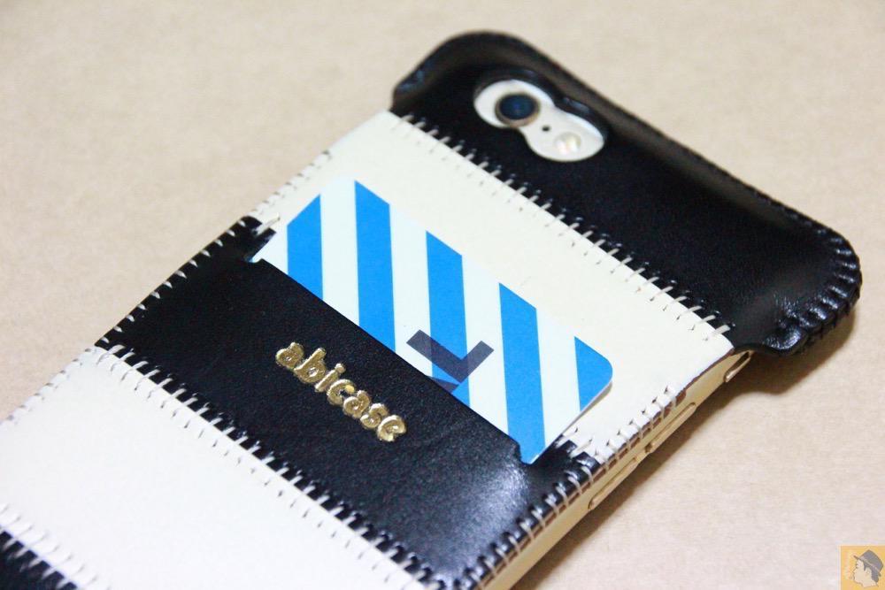 スリット - 白黒ストライプ柄abicase アビケースは計算された幅の革をつなぐことでiPhoneケースを仕上げている / iPhone 6/6s [レビュー 35/40]