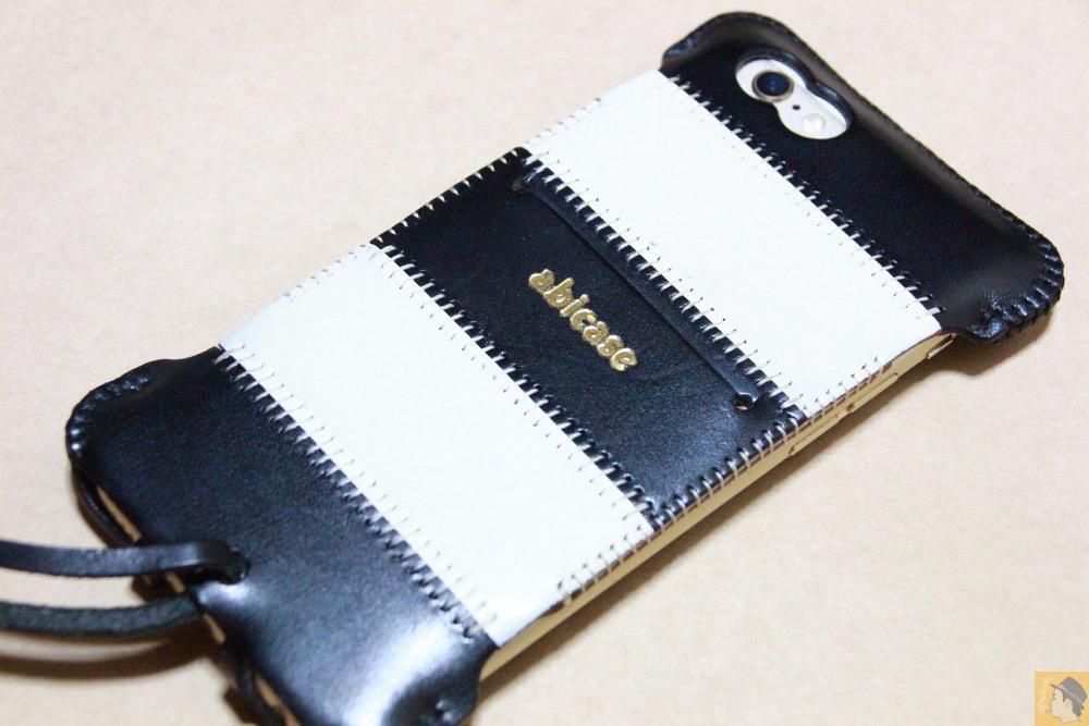 ストライプ柄の全貌 - 白黒ストライプ柄abicase アビケースは計算された幅の革をつなぐことでiPhoneケースを仕上げている / iPhone 6/6s [レビュー 35/40]